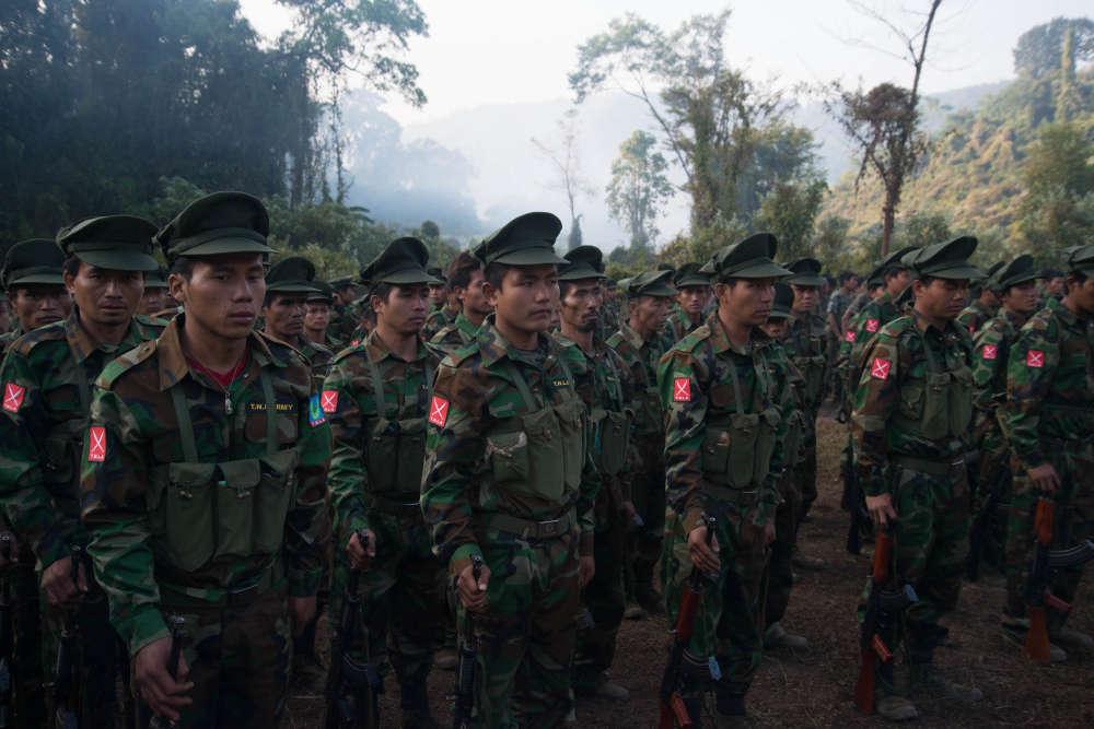 Des nouvelles recrues de la TNLA écoutent le discours d'un officier supérieur.