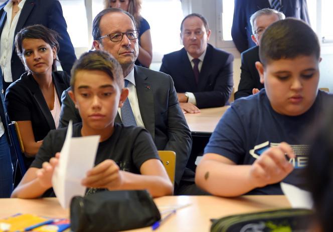 Francois Hollande et Najat Vallaud-Belkacem en visite dans une classe du collège Jean Rostand d'Orleans (Loiret) le 1er septembre 2016.