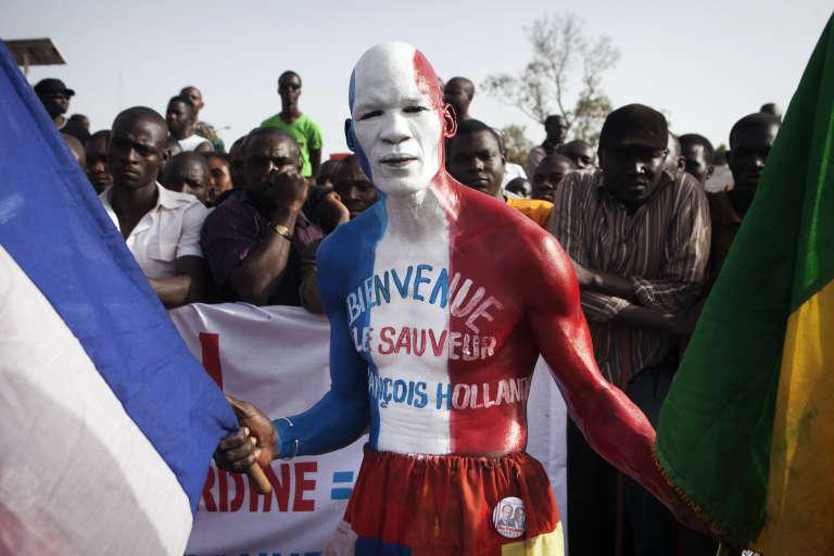 Un Malien remercie la France et le président Hollande lors d'une visite à Bamakopour l'envoi de troupes françaises au Mali afin de lutter contre les djihadistes, le 2 février 2013.
