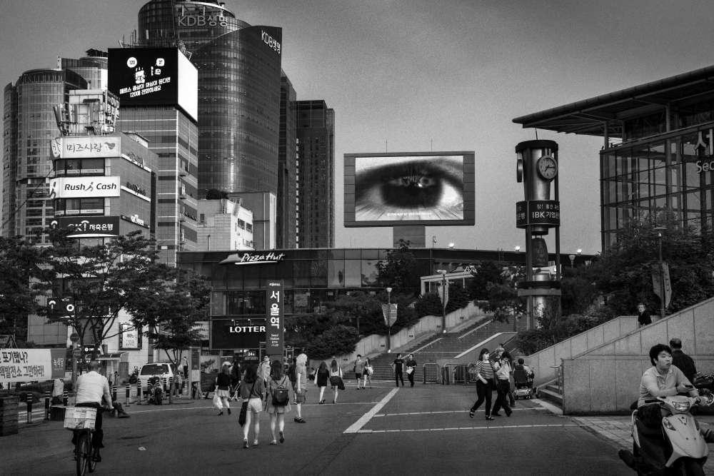 « Juin 2015: la ville de Séoul est en proie à une épidémie du MERS coronavirus. Devant la gare principale, un écran vidéo géant diffuse un spot de prévention contre le suicide des jeunes».