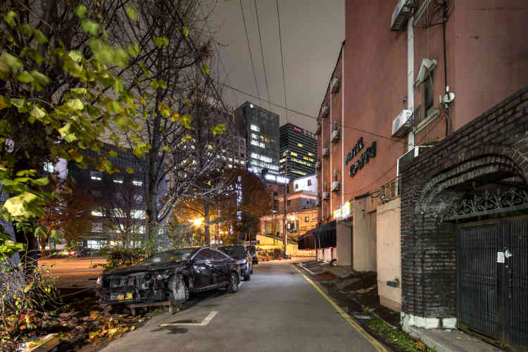 « Toute l'œuvre dePatrick Tournebœuf ausculte avec une minutie d'horloger l'identité des lieux. Sur cette image prise à Séoul, la figure de l'accident tranche avec l'univers rectiligne et aseptisé de la capitale coréenne et fait vaciller quelques certitudes».