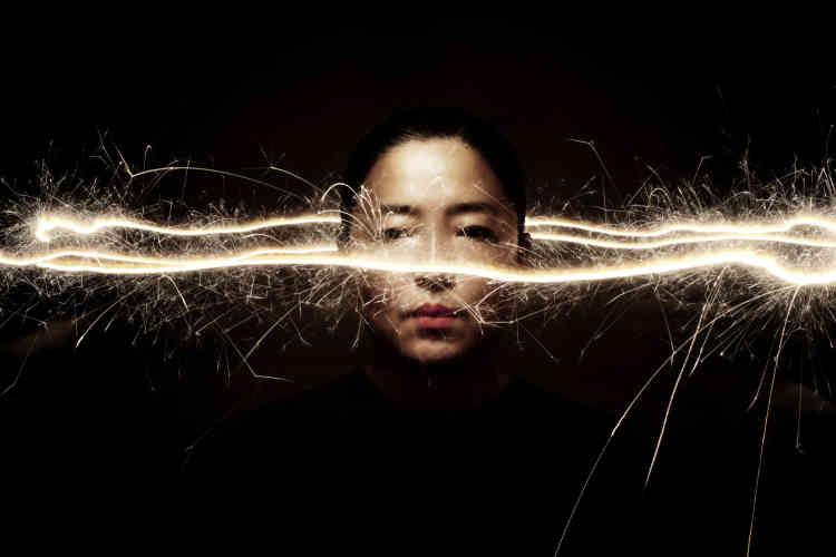 « Le portrait icônique de Sung Mi, cette chamane (Mudang en coréen) que Flore-Aël Surun a rencontré à Séoul, irradie sur tout le paysage mental de l'exposition. Flore-Aël poursuit ici sa quête photographique: rendre visible le pouvoir apaisant des esprits».
