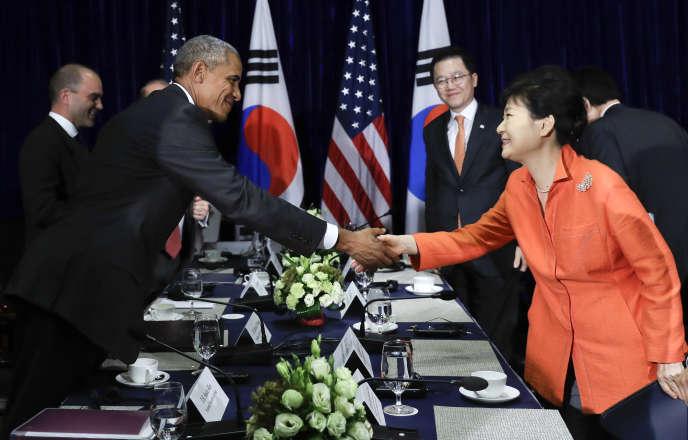 Le président Obama et la présidente sud coréenne Park Geun-hye concluent leurs réunion bilatérale en marge du sommet ASEAN à Ventiane au Laos, le 6 septembre 2016.