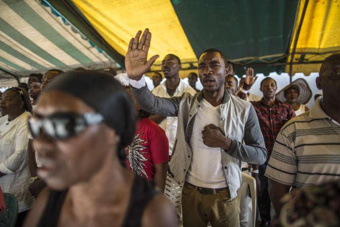 Des militants, réunis le 6 septembre au QG de Jean Ping à Libreville, font le deuil des victimes des violences post-électorales, en chantant l'hymne national.
