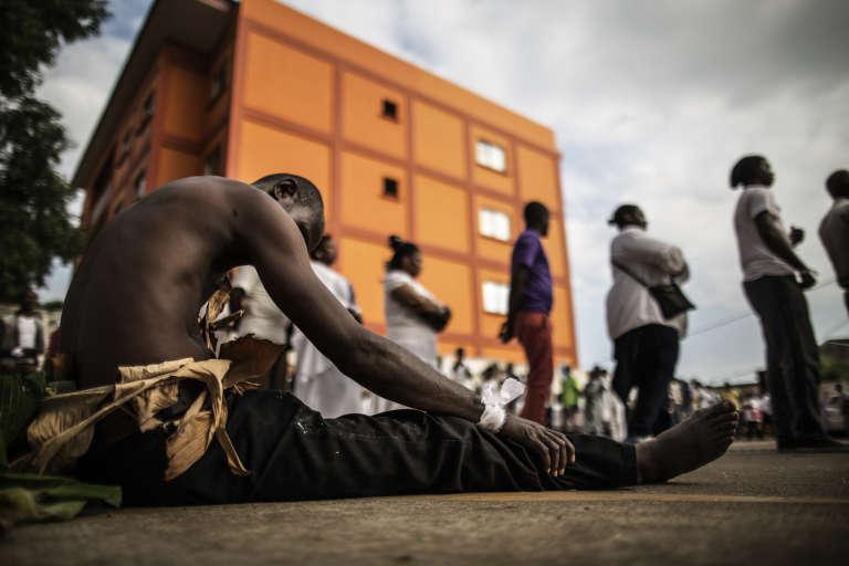 Libreville, 6 septembre 2016. Un homme en habits traditionnels a rejoint les cérémonies de deuil pour les opposants morts dans les violences post-électorales.