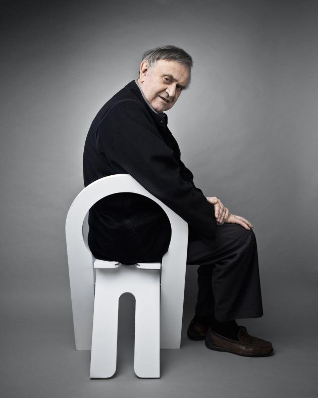 Roger Tallon, chez lui, sur une chaise pliante TS créée en1978 avec Robert Sentou.
