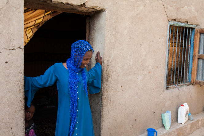 Aïcha devant son appartement du quartier de Dembé, à Ndjamena.