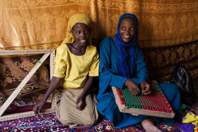 Aïcha chez elle, à N'Djamena,avec sa fille Fatime, 10 ans.