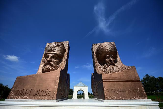 Les statues du sultan ottoman Soleman le Magnifique (à droite) et de son adversaire hongrois Miklos Zrinyi, au parc de l'amitié turco-hongroise,près de Szigetvar, le 2 septembre 2016.