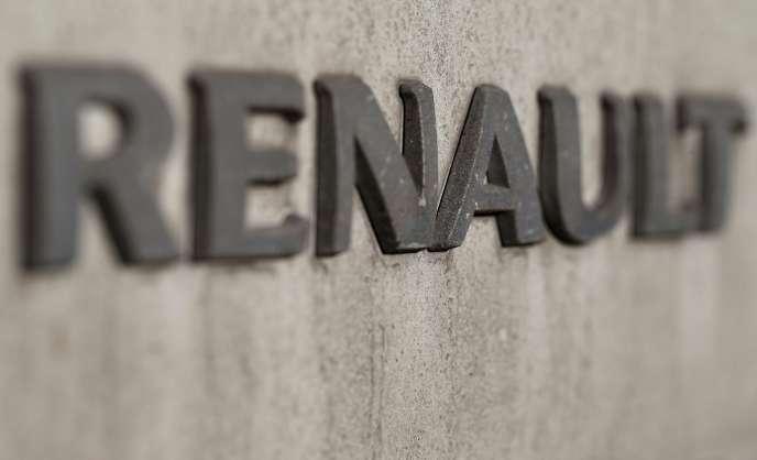 Les multinationales françaises délocalisent presque l'ensemble de la chaîne de valeur ajoutée à l'étranger et réimportent ensuite en France pour satisfaire la demande française, comme par exemple les véhicules Renault produits en Roumanie, en Turquie ou en Espagne