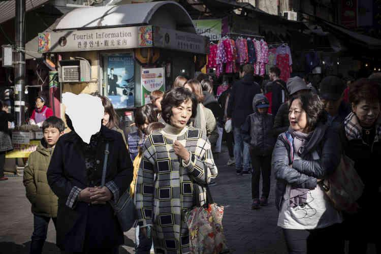 «Parti à la recherche de photos de familles écartelées entre les Corées du Sud et du Nord, Pascal Aimar finit par inventer sa propre fiction et «gratte », au sens propre du terme, certains visages sur ses images de foule à la recherche des absents», commenteAlain Willaume.