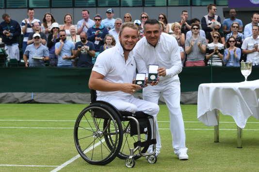 Stéphane Houdet et Nicolas Peifer posent avec leur médaille après leur défaite en finale de Wimbledon en juillet 2016.