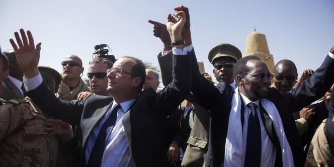 Le président français François Hollande avec le président par intérim malien, Dioncounda Traoré, dans la ville malienne de Tombouctou, le 2 février 2013.