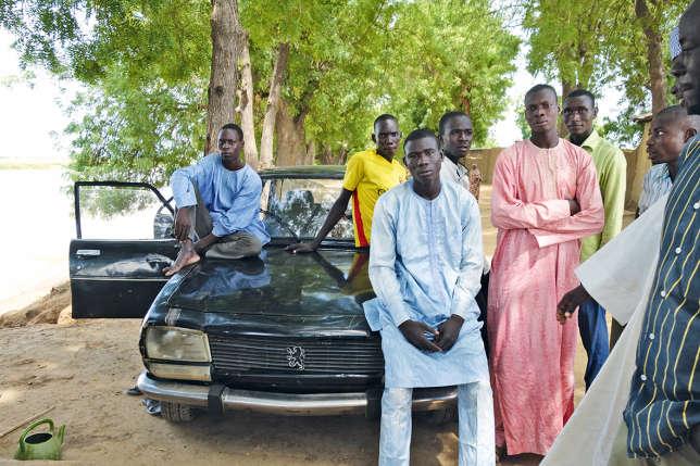 Ali (au premier plan) et les jeunes de Logone-Birni n'ont aucune perspective d'avenir.