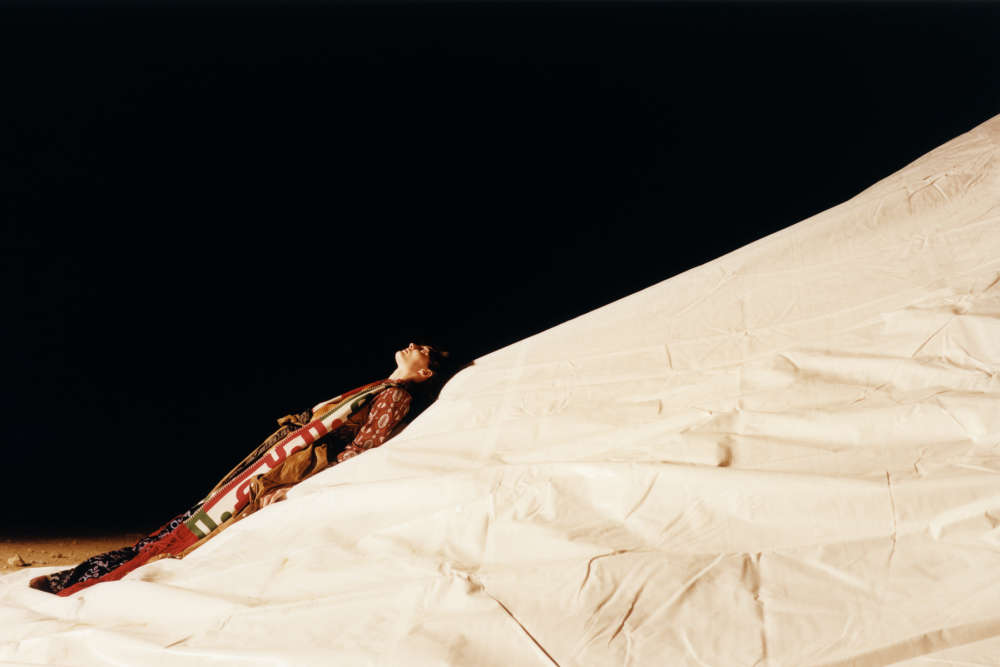 Chemise en soie imprimée, Nehera. Parka, Miu Miu. Pantalon en soie imprimée, Roberto Cavalli. Longue écharpe en laine, Sankuanz.Bottines en veau velours stretch, Pierre Hardy.Mannequins : Annie Tice@Oui management, Sofie Hemmet@EliteMaquillage : Niamh Quinn.Coiffure : Alex Brownsell.Casting :Noah Shelley.Assistantsphotographie :SimonWellington,Mickael Bambi. Assistantesstylisme :Marie Déhé,Winnie Rielly.Assistante maquillage :Nicole WittmanProduction :Ben Faraday@Octopix