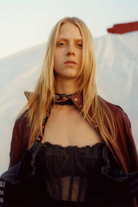Chemise en cuir,Y Project. Robe en soie et tulle, Dolce & Gabbana. Foulard imprimé en soie, Roberto Cavalli.