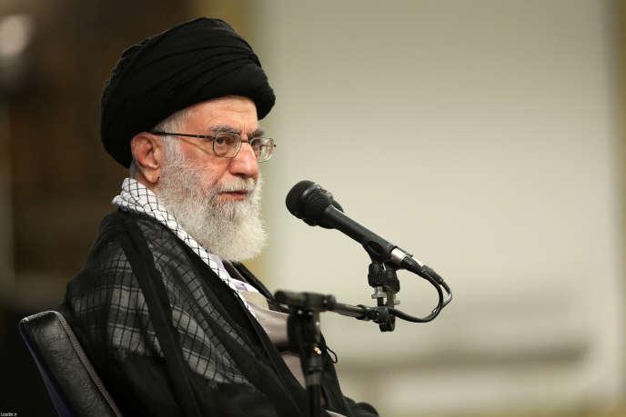 L'ayatollah Ali Khamenei, le 7 septembre, à Téhéran, lors d'une rencontre avec les survivants et les familles des victimes de la bousculade génate de La Mecque au cours de la quelle près de 500 Iraniens ont trouvé la mort, le 24 septembre 2015.