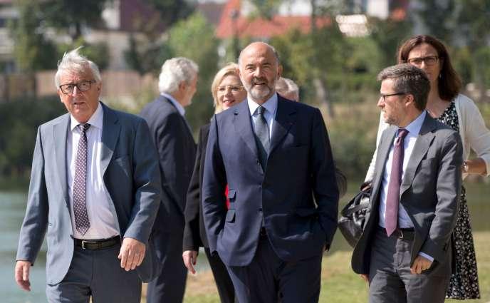 Le président de la commission européenne, Jean-Claude Juncker, et le commissaire Pierre Moscovici lors d'une réunion àKnokke ( Belgique) le 31 août.