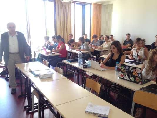 Les 29 étudiants du nouveau diplôme universitaire de droit animalier assistent à un cours sur les statuts juridiques de l'animal.