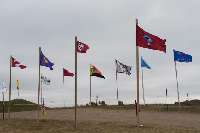 Les drapeaux d'une douzaine de tribus amérindiennes flottent sur le camp des manifestants, le 6 septembre 2016.
