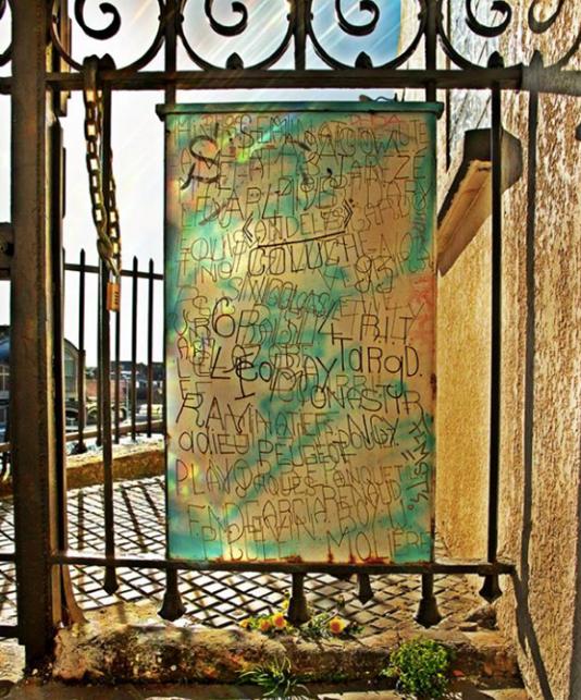 Une surface gravée par Alain Rault, dont les interventions dans les rues de Rouen ont été intégrées au parcours de street art.