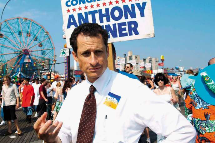 Anthony Weiner en 2005, alors membre démocrate du Congrès, lors de la Mermaid Parade de Coney Island.