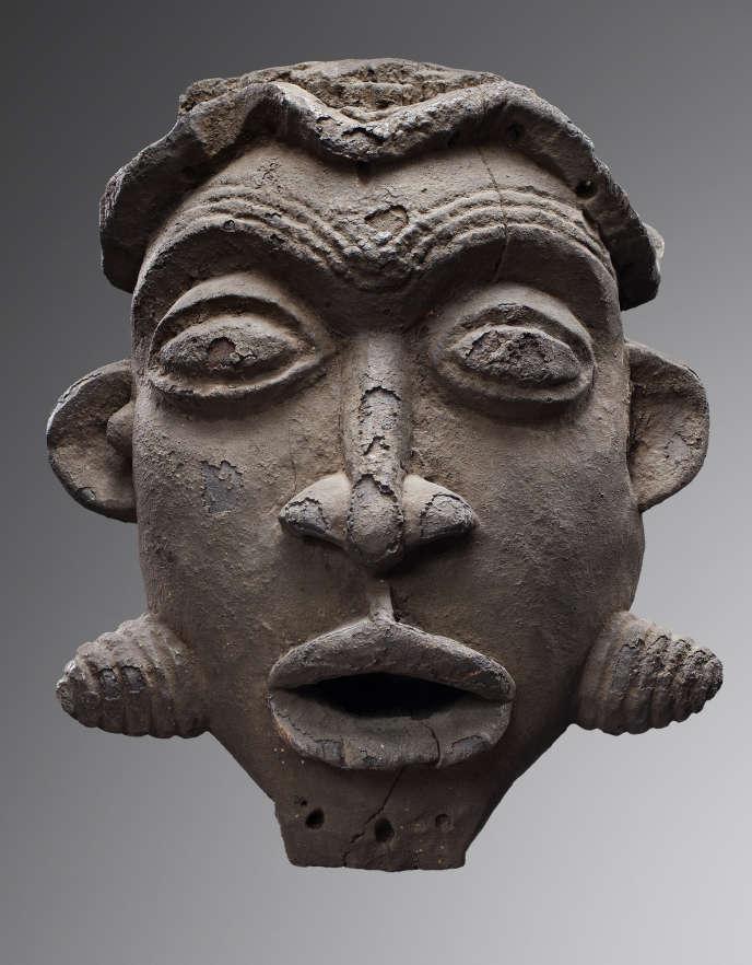 Masque akam ou kam, royaume de Kom ou d'Oku, Cameroun, XIXe siècle, bois et patine croûteuse.