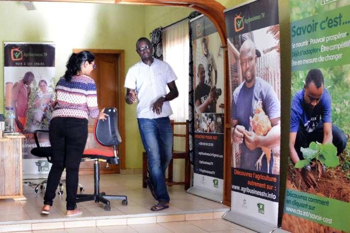 Inoussa Maïga (à droite), 30 ans, fondateur de la web télé Agribusiness TV, dans ses bureaux de Ouagadougou.