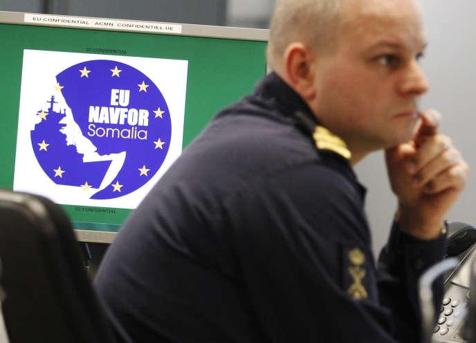 Un membre de l'équipe du quartier général de Northwood (Angleterre) de l'opération«Eu Navfor Atalanta »de lutte contre la piraterie, l'une des opérations militaires les plus réussies de l'UE, le 20 février 2012.