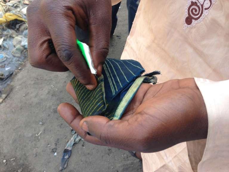 A Kano, le jeune« Fela» se prépare un chiffon de colle Rolling Sun à mâcher.