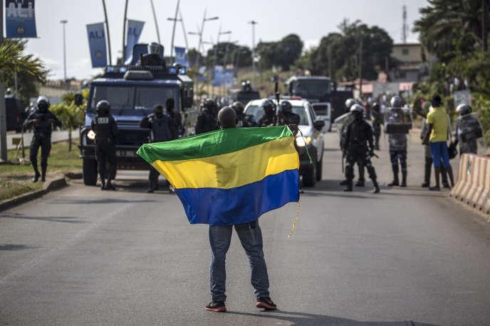 Un militant pro-Ping lors d'une manifestation pour protester contre la réélection d'Ali Bongo, le 31 août 2016 à Libreville.