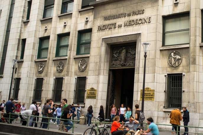 Des étudiants devant l'entrée de la faculté de médecine de l'universitéParis-Descartes.