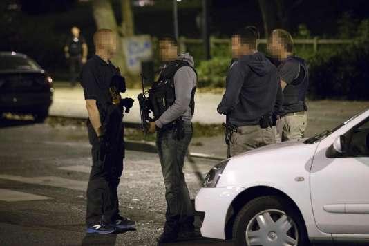 Des policiers français se tiennent sur le site de Boussy-Saint-Antoine le 8 septembre, où des suspectes de sexe féminin soupçonnées de la planification de nouveaux actes de violence ont été arrêtées.