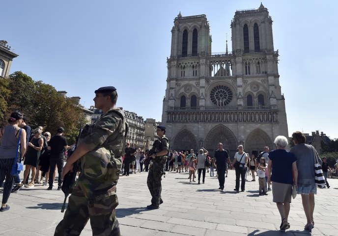 Des soldats français patrouillent près de Notre-Dame, le 15 août.