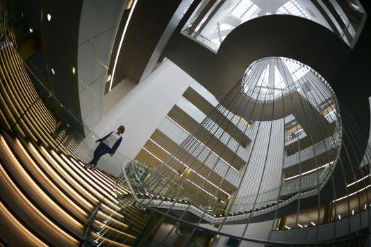 Une jeune femme descend l'escalier dela Bibliotheque Nationale Universitaire, à Strasbourg, en novembre 2014.