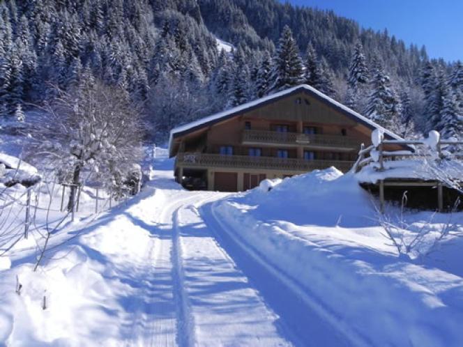 Le chalet est au pied du domaine skiable des Portes du soleil.