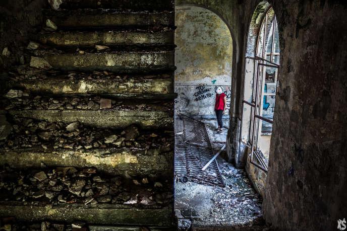 Le collège John-Gaven, situé en province de Côme en Italie, est abandonné depuis une trentaine d'années. Il fut d'abord un couvent avant d'être converti en collège à partir de 1876.