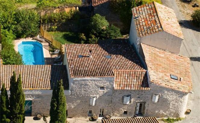 Une bâtisse méditerranéenne, au cœur des vignes.