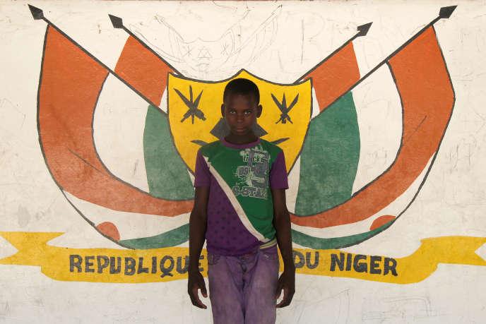A Diffa, devant le drapeau national nigérien, en juin 2016.