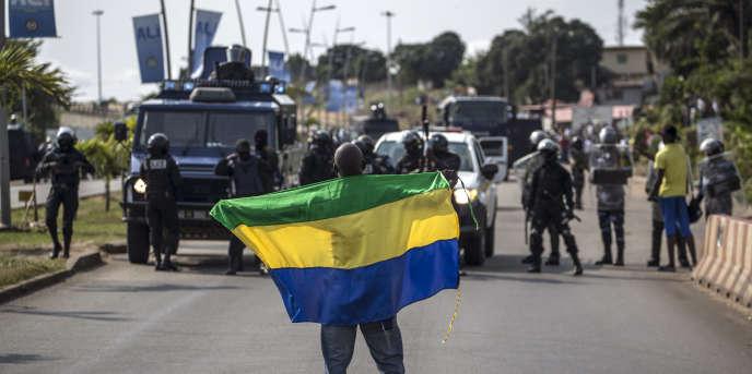Un partisan du candidat à la présidentielle gabonaise Jean Ping, le 31 août 2016, à Libreville, après l'annonce de la victoire du président sortant, Ali Bongo Ondimba.