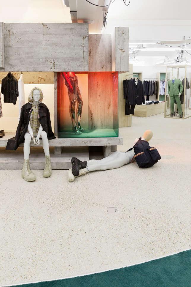 Le créateurRaf Simonsa installé sacollection sur une structureen béton conçue par l'architecte belge Glenn Sestig.