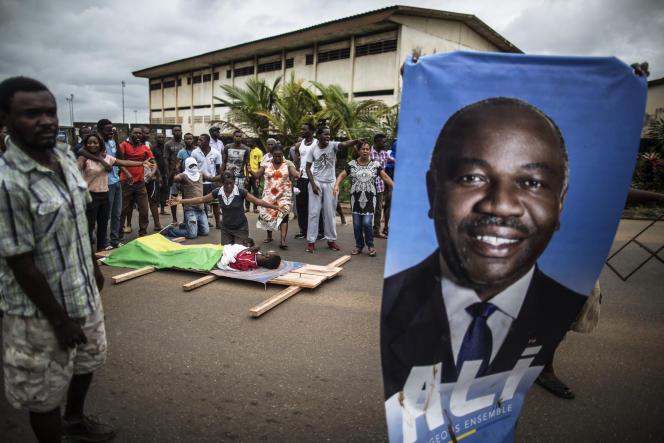 A Libreville, procession après le décès d'un jeune homme qui manisfestait contre la réelection d'Ali Bongo Ondimba, le 2 septembre 2016 dans des circonstances troubles.