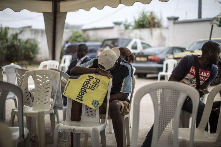Un partisan du candidat de l'opposition Jean Ping attend les résultats officiels de la présidentielle gabonaise, le 31 août 2016.