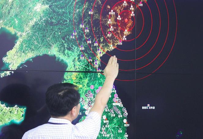 Un responsable de l'administration météorologique sud-coréenne à Séoul montre sur une carte de la région l'épicentre des ondes sismiques en Corée du Nord, le 9 septembre 2016, alors qu'un nouvel essai nucléaire a été réalisé par Pyongyang.