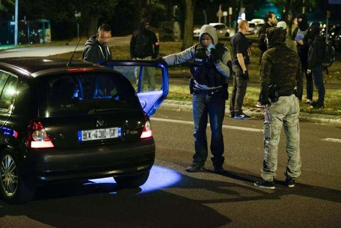 La police examine un véhicule à Boussy-Saint-Antoine le 8 septembre 2016 dans le cadre de l'enquête sur une tentative d'attentat à la voiture piégée à Paris.