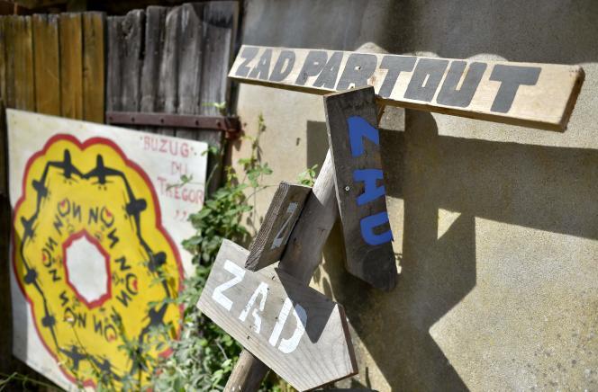 « Il y aura des affrontements violents, voire très violents. Cette stratégie de « résistance » des opposants implique tout d'abord des contacts directs avec les forces de l'ordre, ainsi que des actions de « harcèlement » ou de « sabotages »»(Photo: Près de la ZAD (zone à défendre), le 9 septembre à Notre-Dame-des-Landes, où plusieurs opposants à la construction de l'aéroport continuent d'occuper le terrain).
