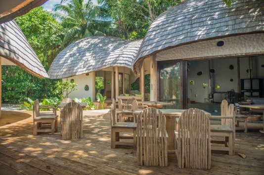 Les déchets de verre produits par les hôtels de l'atoll de Baa sont recyclés par le« Glass Studio».