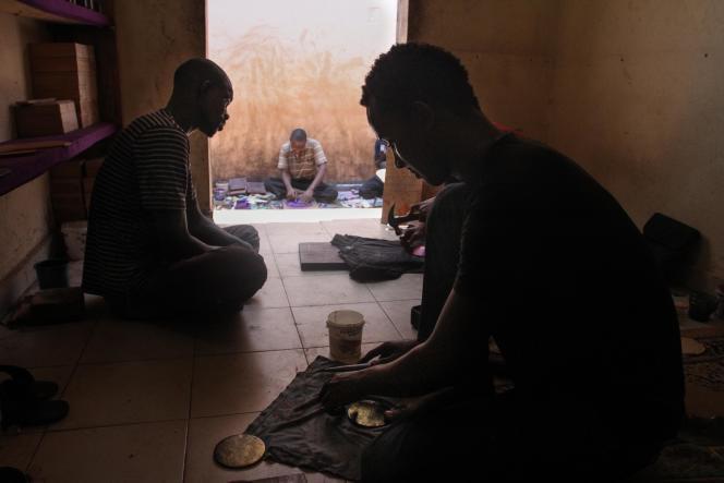 Des artisans, au marché artisanal de Bamako.