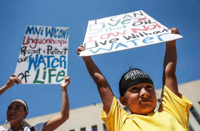 Une fillette de 8 ans, issue du peuple Lakota, le 24 août, devant le tribunal de Washington.