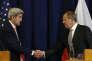 Le secrétaire d'Etat américain John Kerry, à gauche et le ministre des affaires étrangères russe Sergueï Lavrov se serrent la main après une conférence de presse conjointe à l'issue de leur réunion à Genève, en Suisse, vendredi 9 septembre 2016.